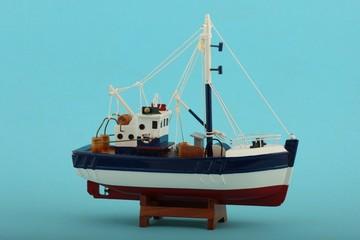 Fischerboot model mit blauem Hintergrund