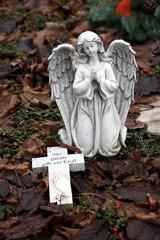 betender Engel am Friedhof