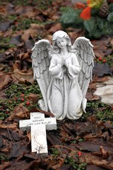 Engel mit Kreuz auf Friedhof betet Glaube, Kraft