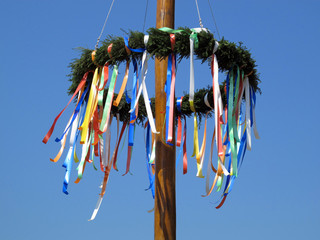 Maibaum-Kranz mit bunten Bändern