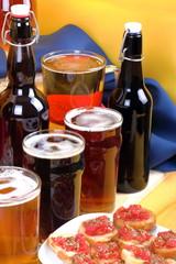 Bottiglie di birra con bruschete