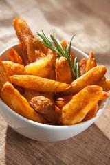 Kartoffelspalten mit Rosmarinzweig