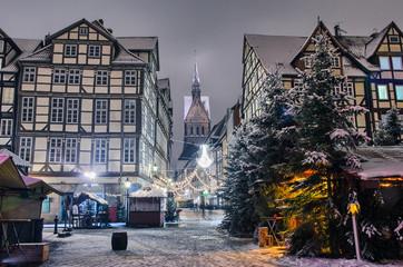 Marktkirche und die Altstadt von Hannover nachts im Winter