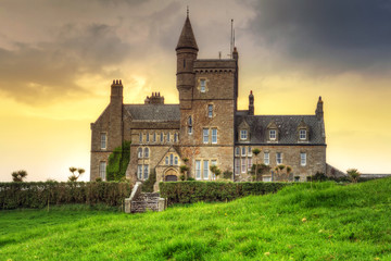 Photo sur Plexiglas Jaune de seuffre Classiebawn Castle at sunset in Co. Sligo, Ireland