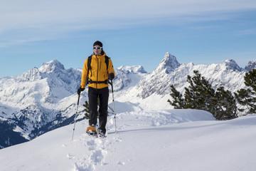 Schneeschuhwanderer in den Alpen