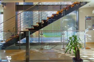 Modernes Treppenhaus in Architektenhaus, lichtdurchflutet