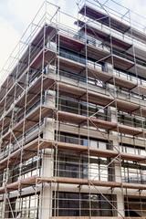Gerüst an einer Baustelle, Hochhaus in Bau