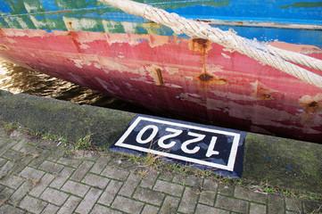 reparaturbedürftige Bordwand eines Schiffes rotblaugelb
