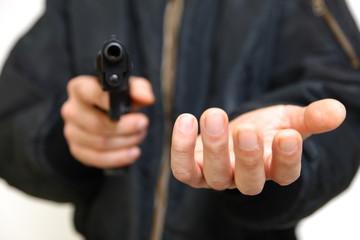 拳銃を持って金品を要求する強盗犯 - fototapety na wymiar