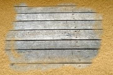 Holzbohlen im Sand