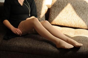 Lange Frauenbeine mit Strümpfen