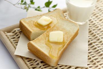 バターとはちみつののったトースト