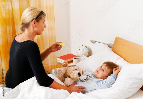 """""""mutter und krankes kind im bett grippe"""" stockfotos und"""