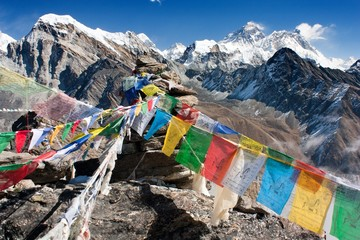 Photo sur cadre textile Népal view of everest from gokyo ri with prayer flags - Nepal