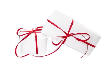 Zwei weiße Geschenke mit roter Schleife isoliert