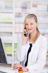 freundliche apothekerin berät am telefon