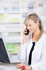 lächelnde apothekerin berät am telefon