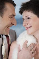Braut und Bräutigam lachen sich gegenseitig zu