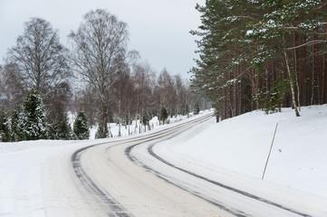 Verschneite Straße in Schweden