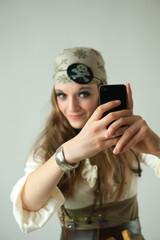 Femme pirate avec son téléphone