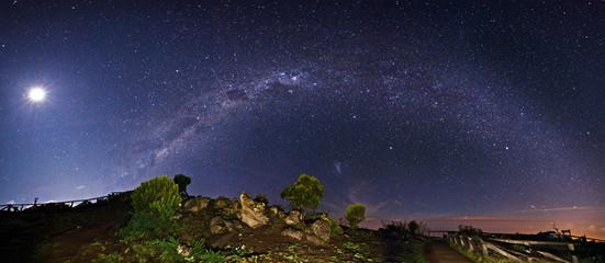 Fotobehang Volle maan Voie lactée depuis les hauteurs de la Réunion