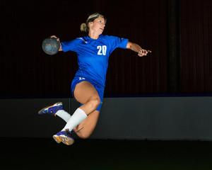 Handballerin beim Torwurf