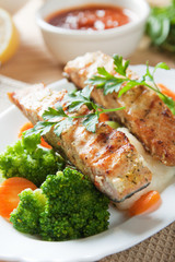 Grilled salmon steak with broccoli and carrot