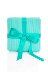 Isoliertes türkisfarbenes Geschenk mit Schleife