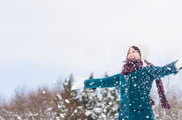 雪遊びをする女性