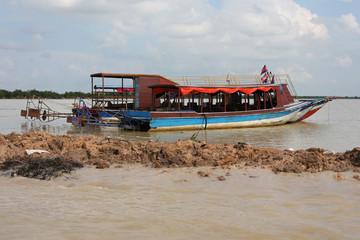 Bateau de transport sur le lac Tonle Sap
