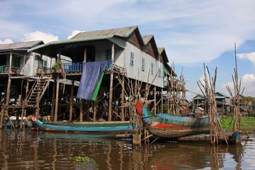 Maisons sur pilotis et barque de peche