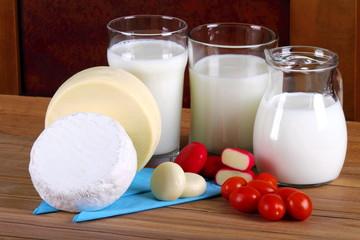 Cacio e caciotta con brocca da  latte