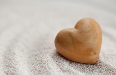 coeur en bois sur sable blanc