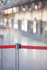 Absperrband am Flughafen rot