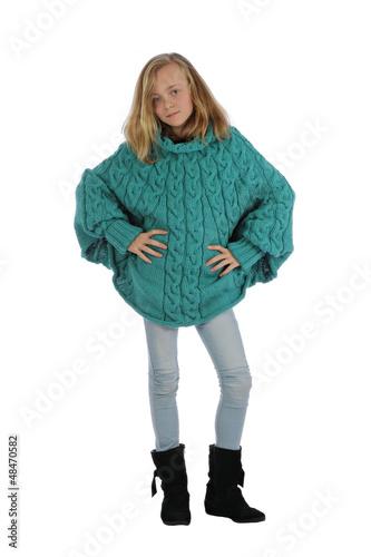fillette de 11 ans portant pull poncho tricot main photo libre de droits sur la banque d. Black Bedroom Furniture Sets. Home Design Ideas