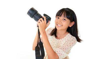 カメラで撮影を楽しむ女の子