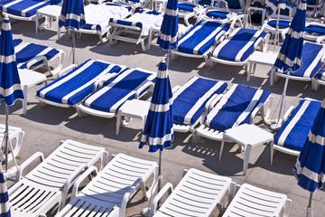 Transats et parasols sur la plage de Nice - France