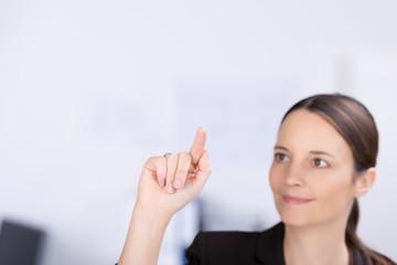frau zeigt mit dem finger auf etwas