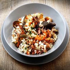 piatto di riso con cozze e gamberi