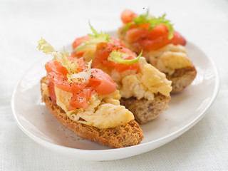 bread with salmon and egg
