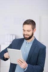 mann im büro arbeitet mit tablet