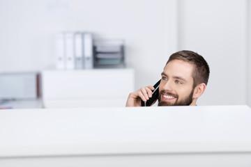 freundlicher mann am telefon