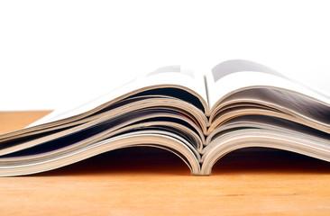 Magazine liegen aufgeschlagen