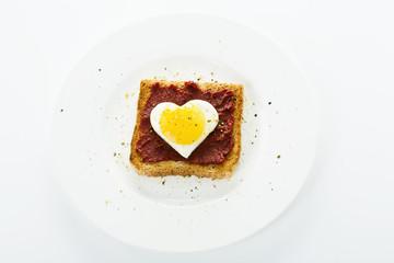 Spiegelei-Herz auf Toast
