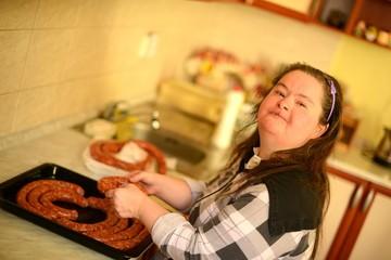 Trisomique Femme dans la cuisine