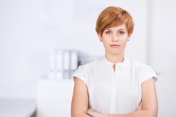 selbstbewusste junge frau am arbeitsplatz