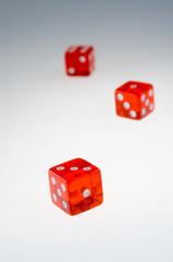 Transparente Spielwürfel in Rot