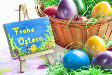 Bunte Eier mit Ostergruss