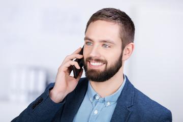 mann telefoniert mit smartphone