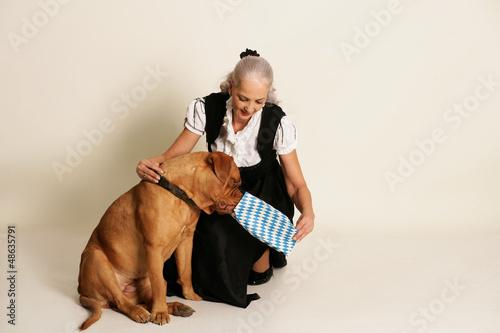 Ältere, dame fragt im Tierheim nach dem ältesten, hund, den niemand will